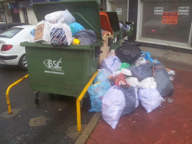 contenedores repletos de basura sin recoger