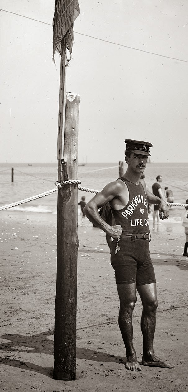 40 Must-See Photos Of The Past - Lifeguard on the coast, 1920′s