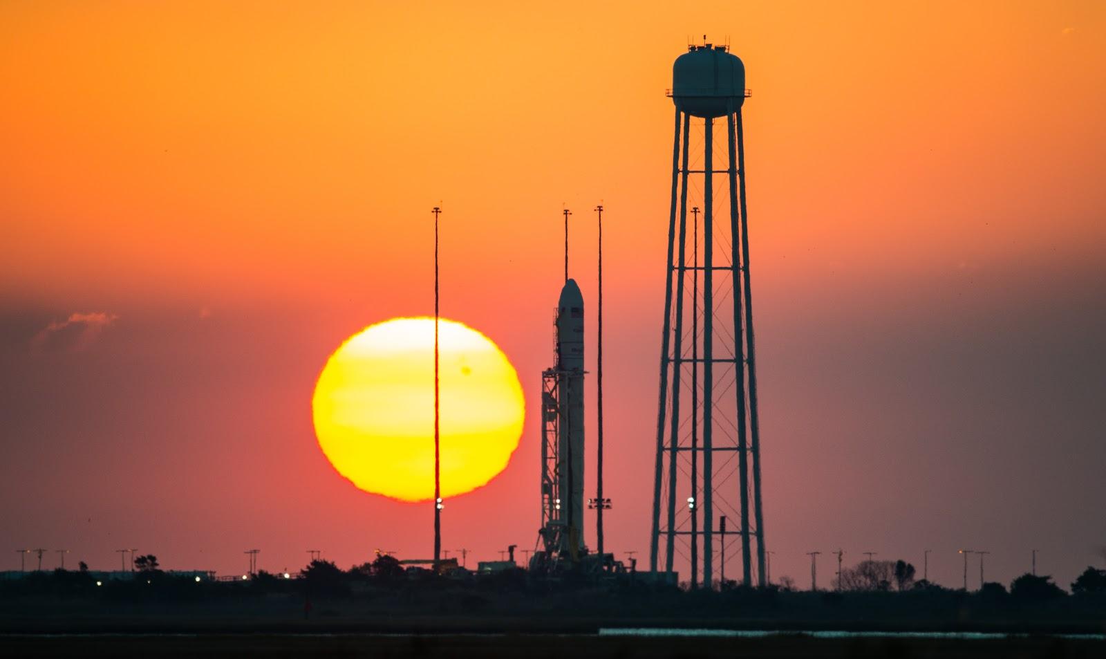 Chuẩn bị cho chuyến bay vào ngày 26/10/2014. Bản quyền hình ảnh : NASA/Joel Kowsky.