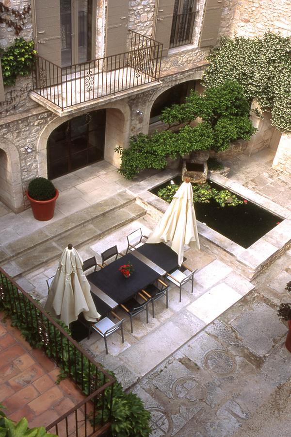 Bella decoraci n de patio con estilo franc s - Patios con estilo ...