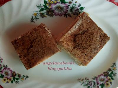 Édes tejfölös kekszes sütemény, felül nézetből, a kakaóporos szívvel a tetején.