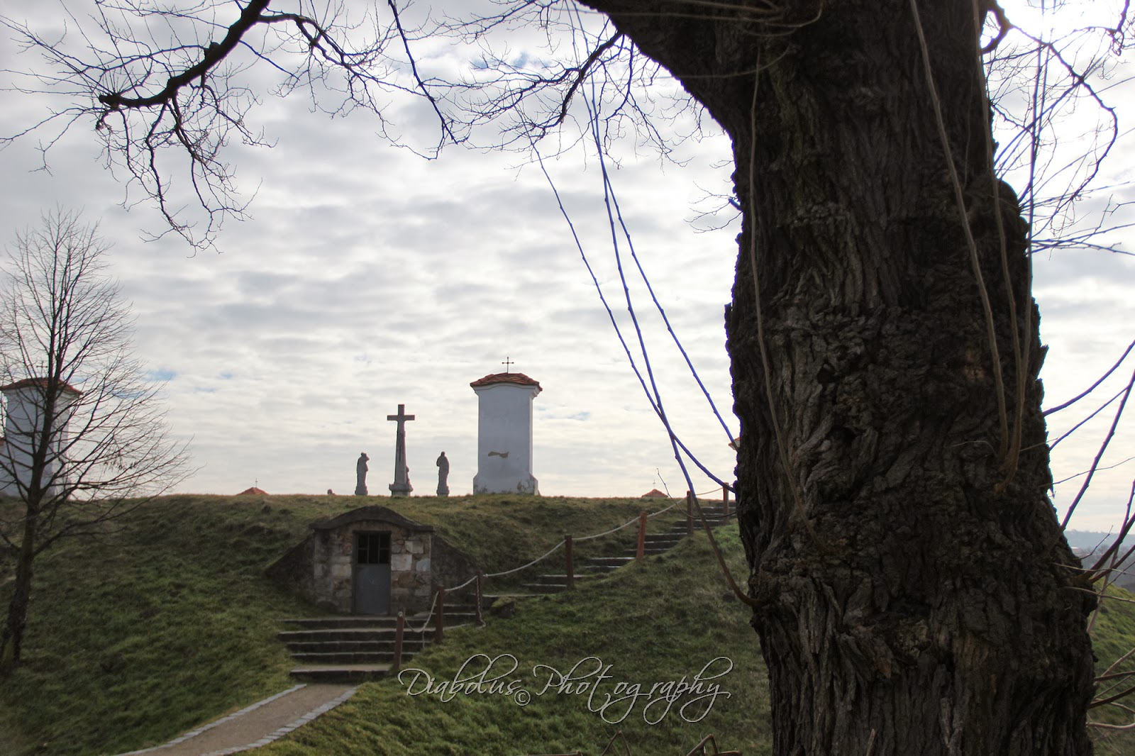 Pohled na kapličku na Kalvárii od hřbitova