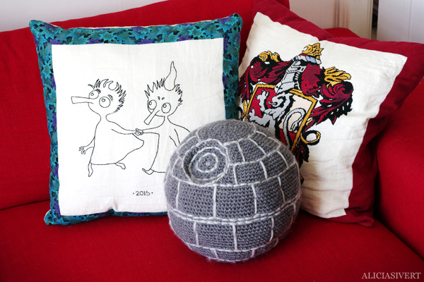 aliciasivert, alicia sivertsson, alicia sivert, virkad dödsstjärna, dödsstjärnan, virka, virkning, textil, kudde, kuddar, textile, cushion, pillow, crochet, crocheted deathstar, the death star, spaceship, space ship, star wars, rymdskepp, broderi, embroidery, needlework, nerd, home, cat, tofslan och vifslan, harry potter, gryffindor