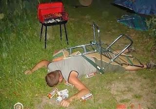 smešna slika: pijanac zaspao na stolici