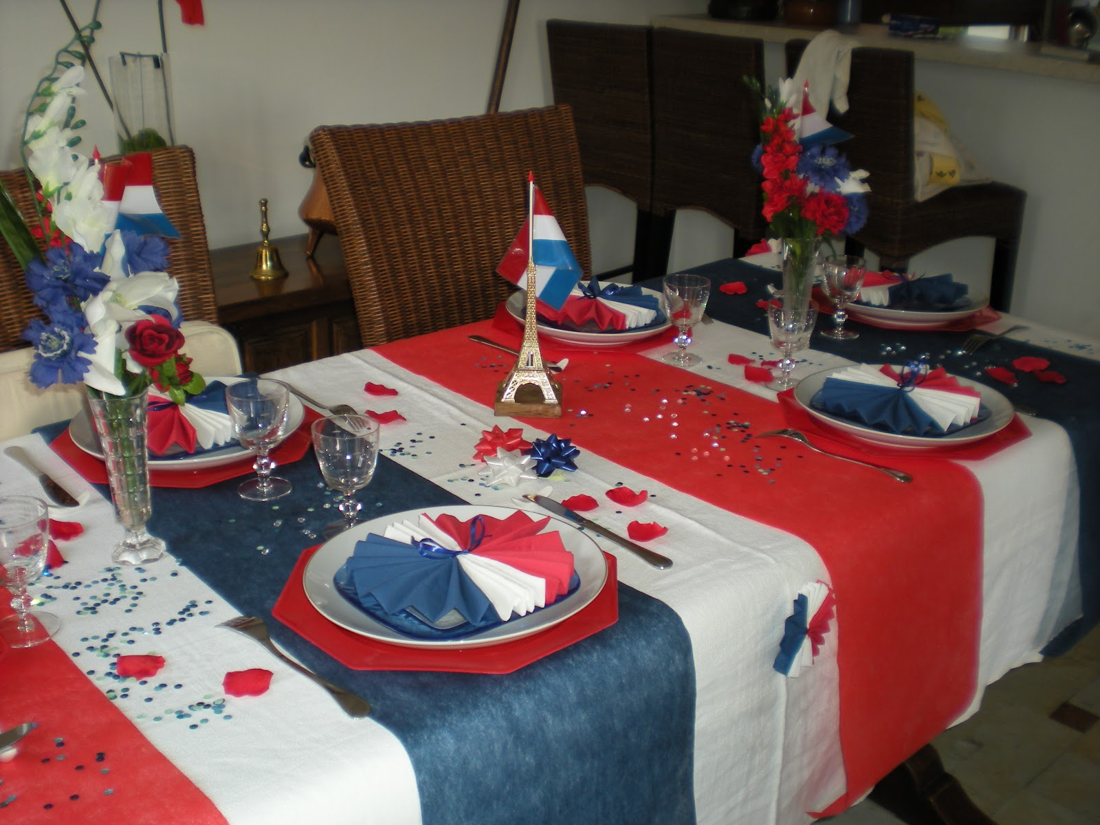 D co th mes d co de table du 14 juillet for Decoration de table bleu