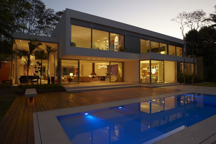 Swimming pool and The Morumbi Residence by Drucker Arquitetura at night