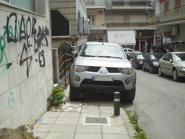 Κλασικός τρόπος στάθμευσης που στέλνει τον πεζό στο δρόμο