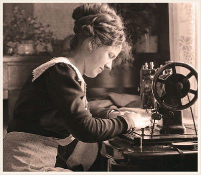 mujer cosiendo con máquina de coser antigua