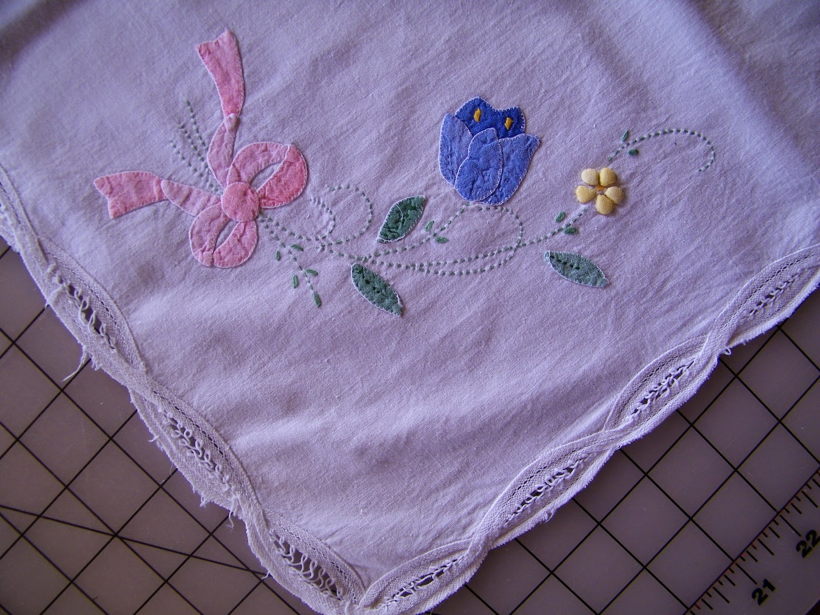 Applique designs for tablecloth - Here Is A Detail Picture On One Of The Corner Designs You Can See The Edging Lace And The Color Choices Isn T It Just Beautiful