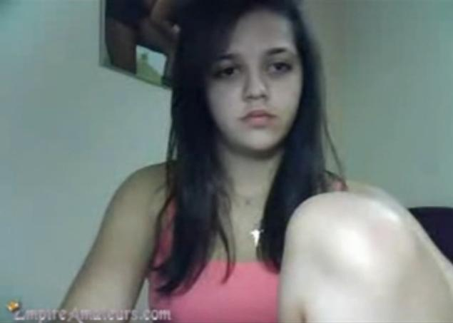 Menina Peladinha Na Webcam Se Masturbando