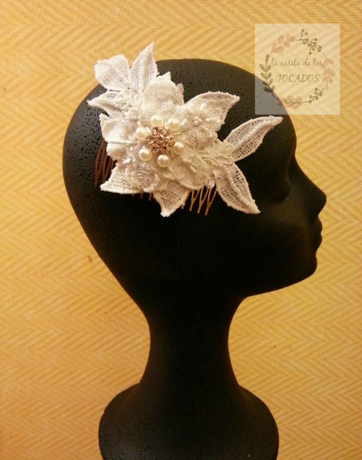 peineta vintage para novia realizada con guipur y encaje blanco bordado totalmente a mano