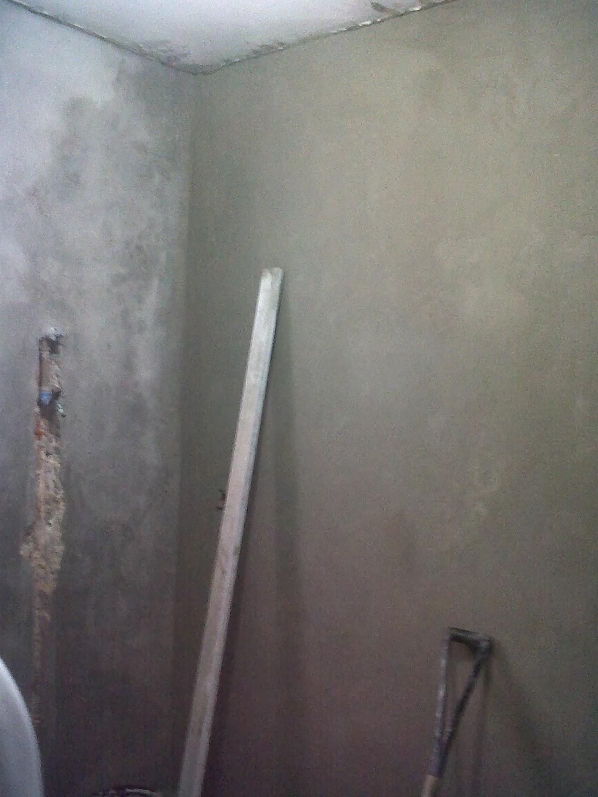 Detalhe das paredes niveladas e a instalação hidráulica sendo  #5A6671 1200 1600