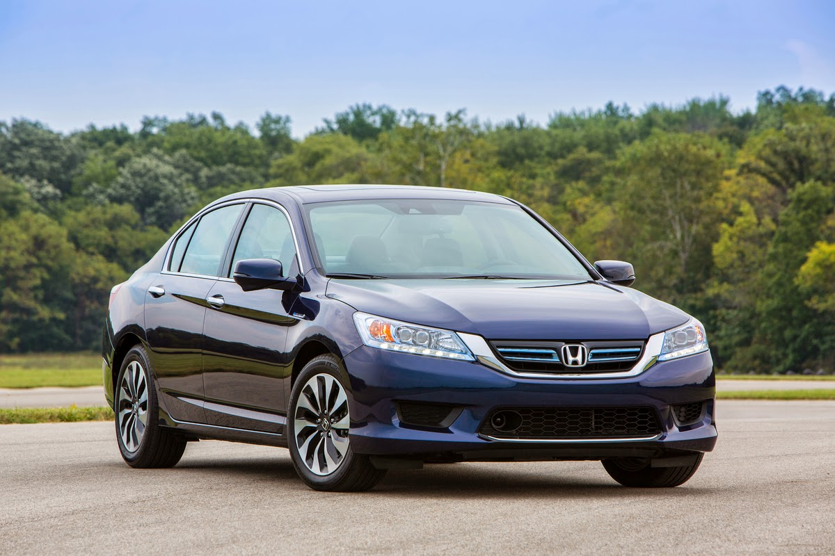 2015 Honda Accord Hybrid Touring front 3/4 view