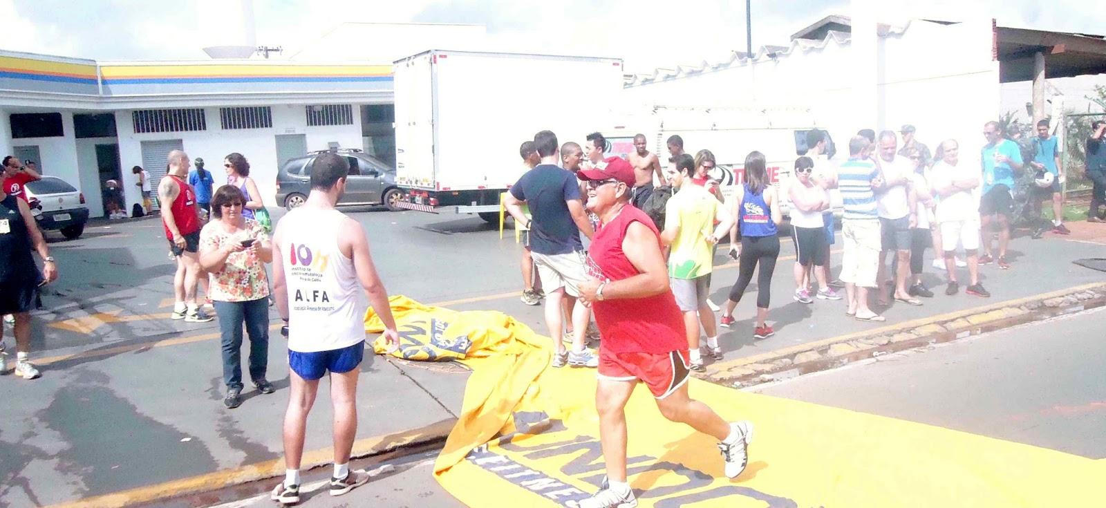 Foto 187 da 1ª Corrida Av. dos Coqueiros em Barretos-SP 14/04/2013 – Atletas cruzando a linha de chegada