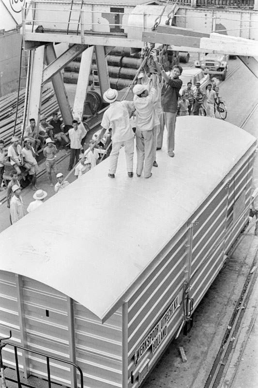 20 dari 460 gerbong kereta barang dari Belanda , telah tiba di Surabaya dengan menggunakan kapal ekspedisi Jerman pada tahun 1966