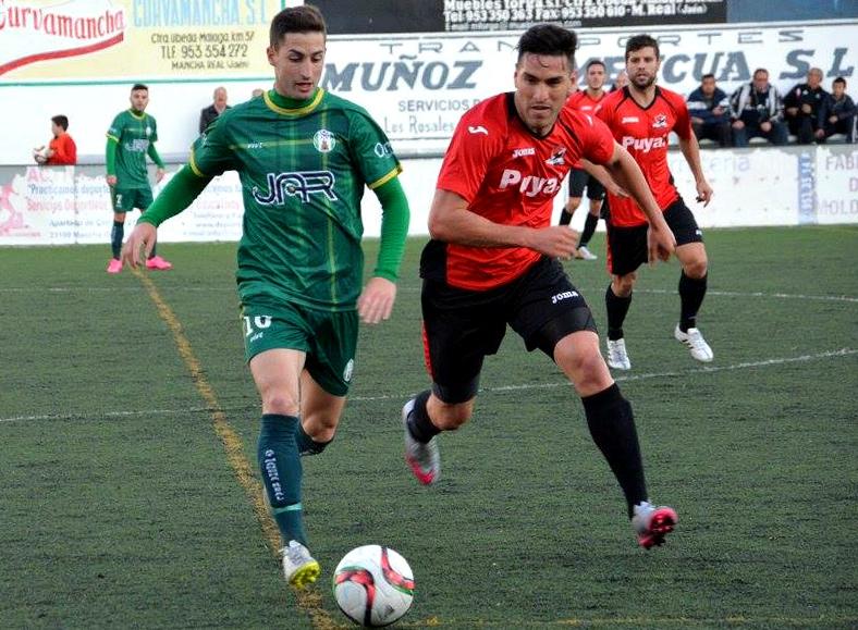 Manolillo conduce el balón presionado por un jugador del San Pedro (Foto: Elena Martínez).