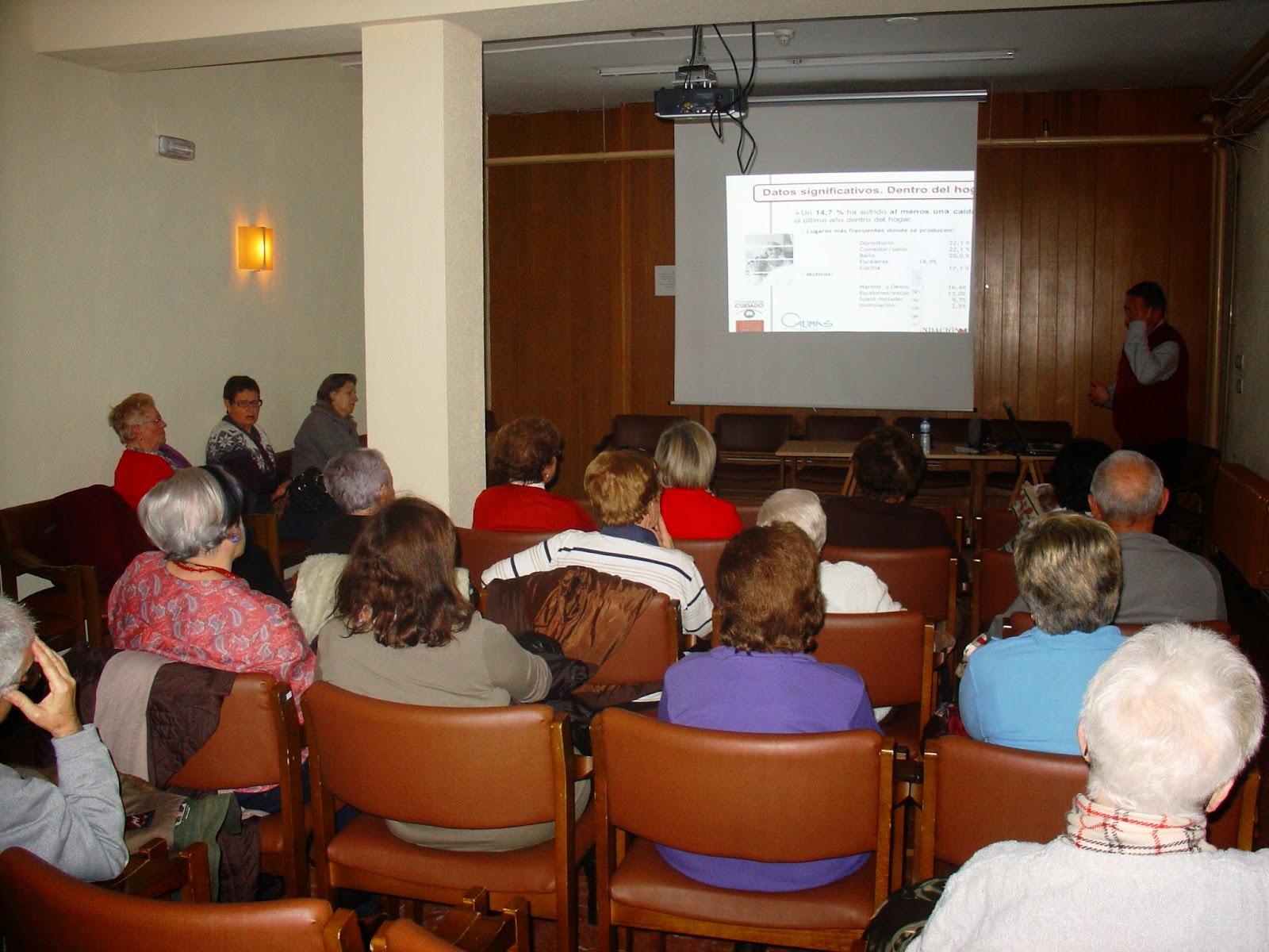 Charla sobre prevención de accidentes en mayores en el Centro de día