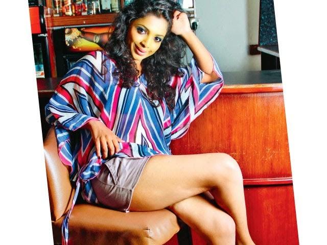 lakshika jayawardhana crossed legs gala