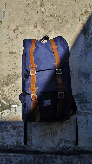 mochila herschell supply & co azul com tiras de couro