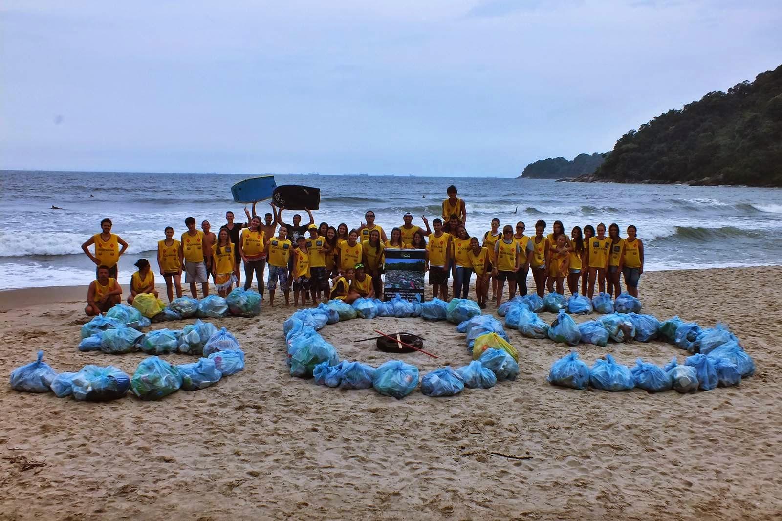 Voluntários do Instituto EcoFaxina durante a 45ª Ação Voluntária EcoFaxina realizada na praia de Itaquitanduva, em São Vicente. Crédito: William R. Schepis / Instituto EcoFaxina