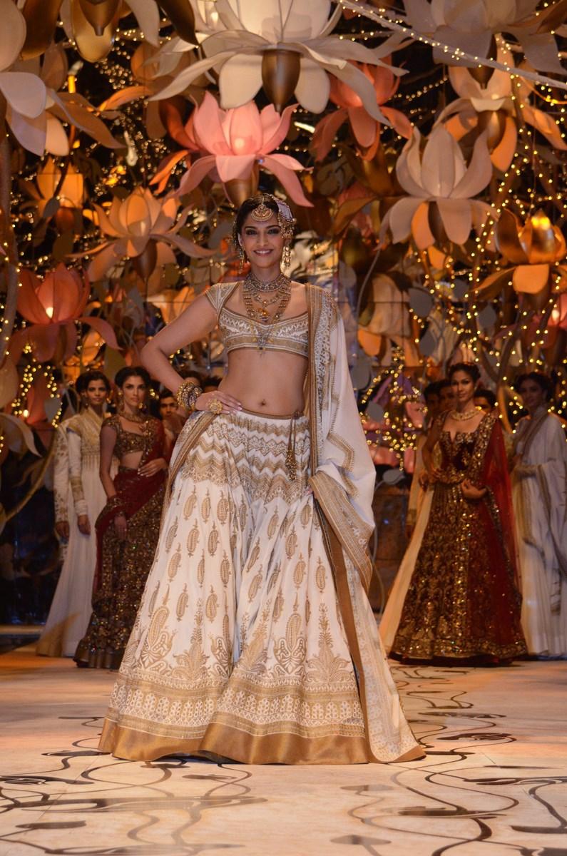 Sonam Kapoor,Sonam Kapoor Navel Show Photos, Bollywood Actress Navel ...