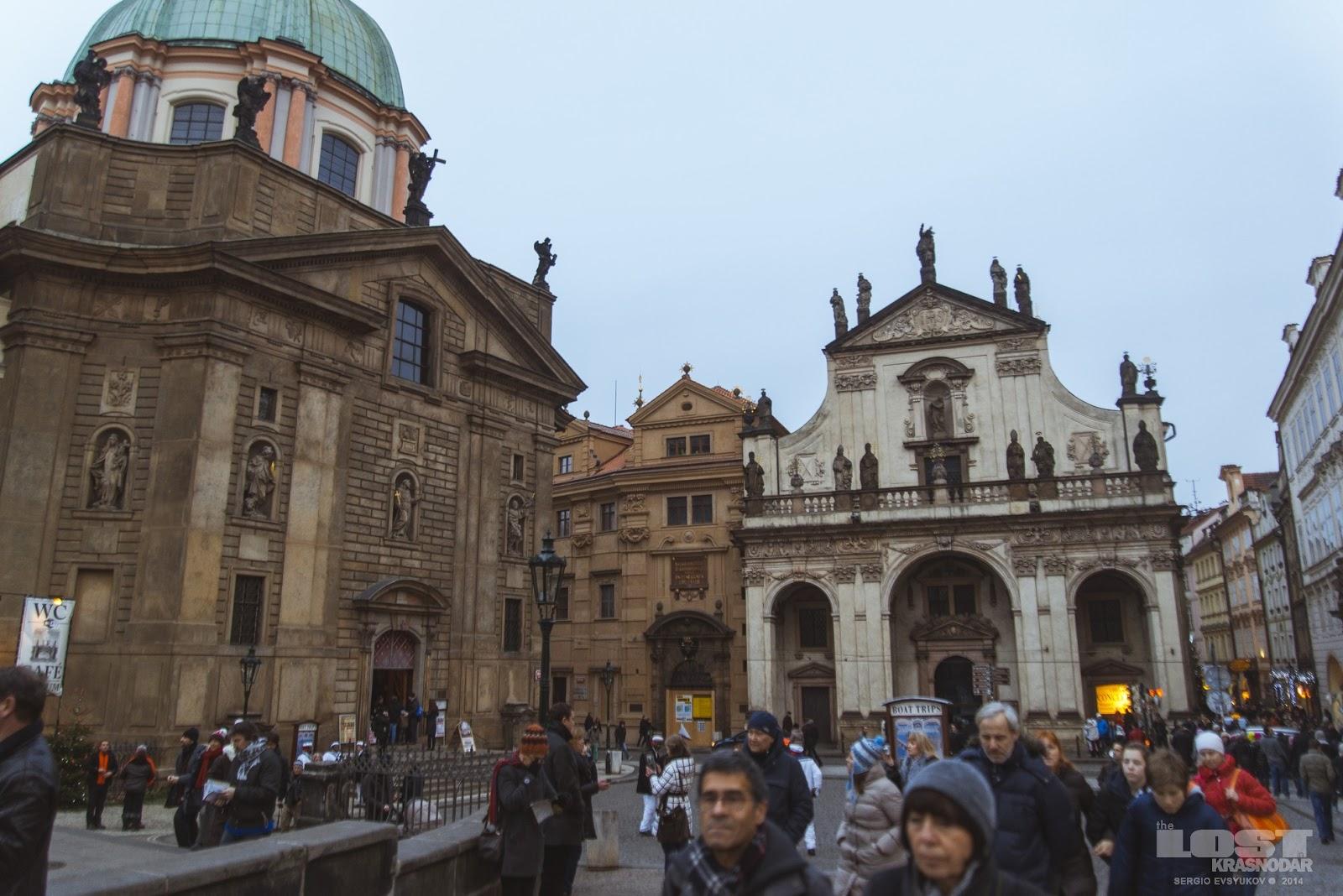 Костёлы на площади перед Карловым мостом