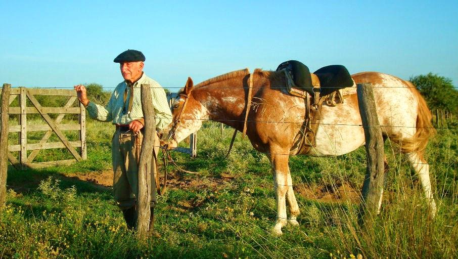 gaucho a caballo en la pampa