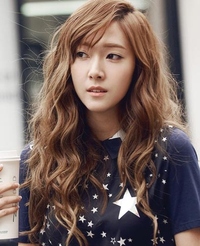 Jessica Jung wavy curly hairstyle blonde color