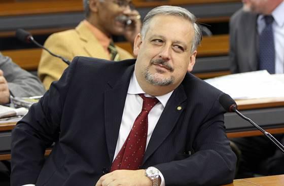 Ministro das Comunicações, Ricardo Berzoini, diz que o WhatsApp está à margem da lei