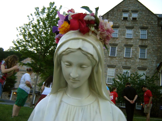 Our Lady, May crowning, crown of flowers, flower crown, wedding DIY, dedication to Mary, dedication to the Blessed Mother, Blessed Mother, Mary, Marian crafts, Catholic wedding, Catholic marriage prep, Catholic wedding blog,Catholic wedding planning, Catholic bride