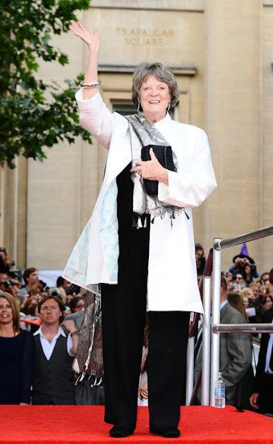 Maggie Smith con levita blanca y pantalones negros Emmy 2012
