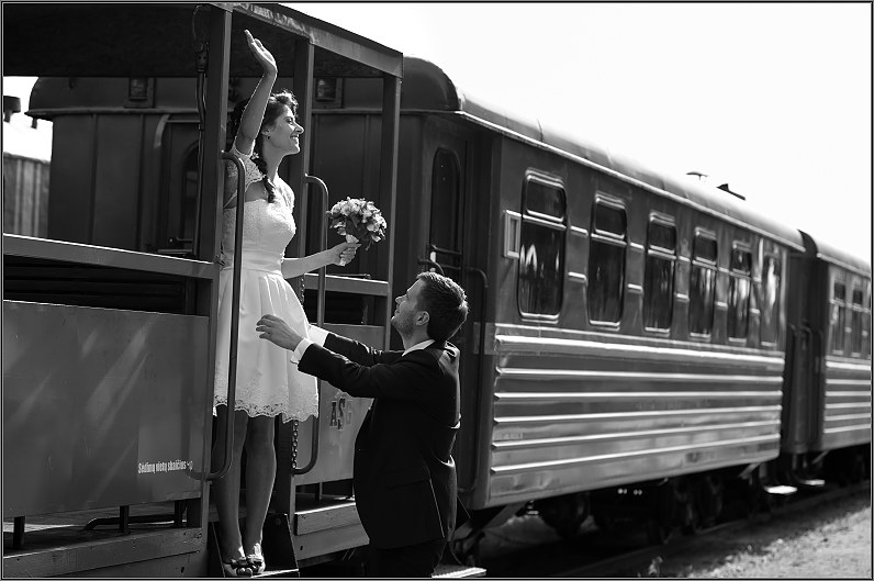 vestuvinės nuotraukos prie traukinio