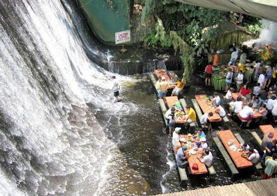 Restoran Di Bawah Air Terjun, Filipina