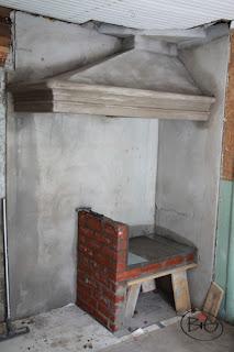 spiskåpan murad och hyllan för järnspisen förberedd