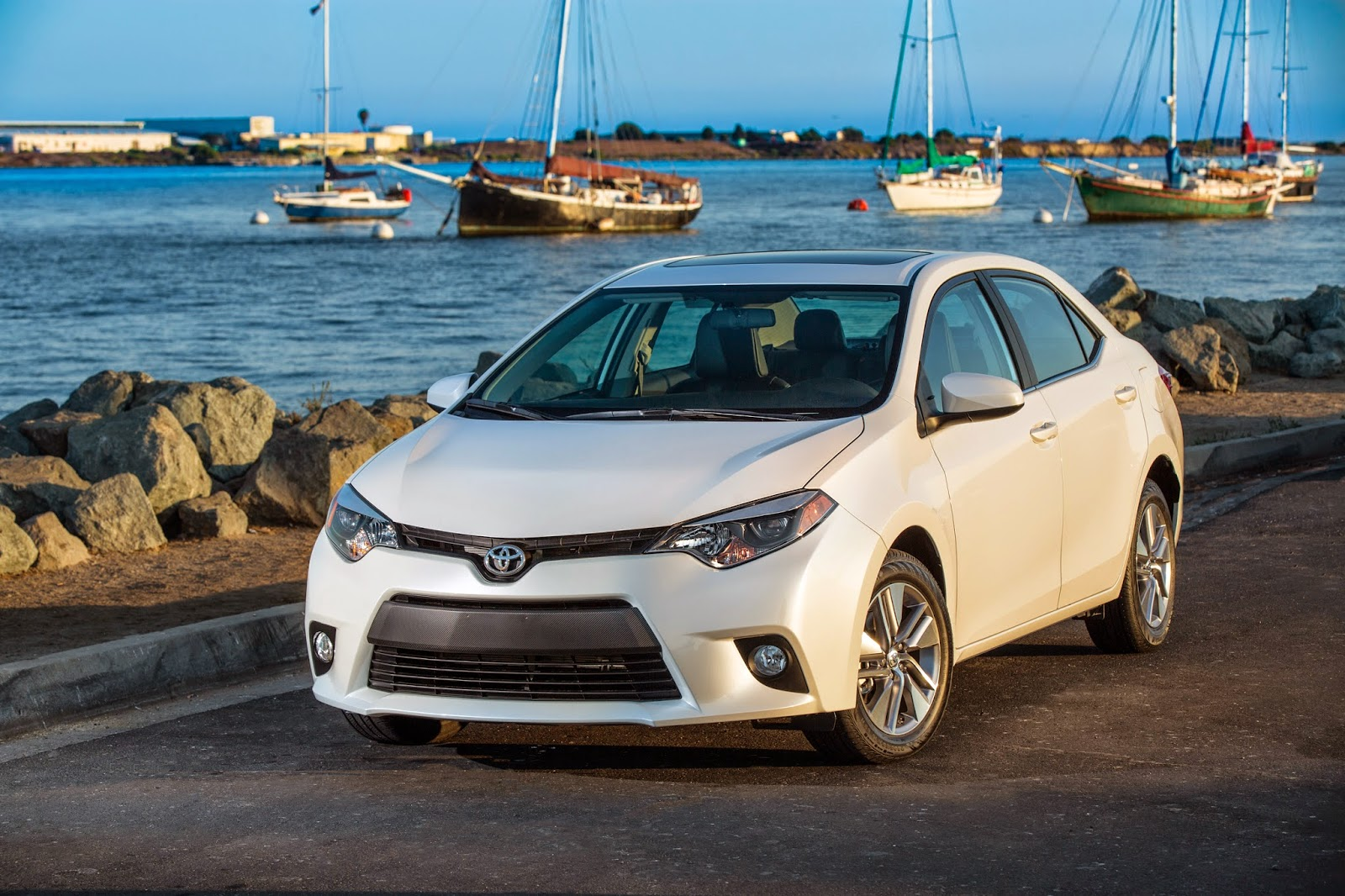 Front 3/4 view of 2014 Toyota Corolla LE ECO