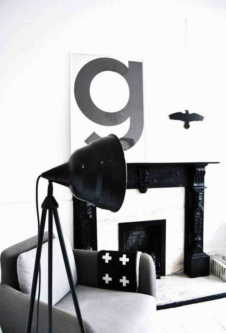 Styl skandynawski we wnętrzu, czarna lampa, litera g na ścianie, koc z krzyżykiem, cross motif, pia wallen