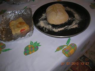 pizza con base di farina , ripieno  di prosciutto cotto ,wurstel di pollo, pomodoro e formaggio filante...e ricoperta con pasta brisè