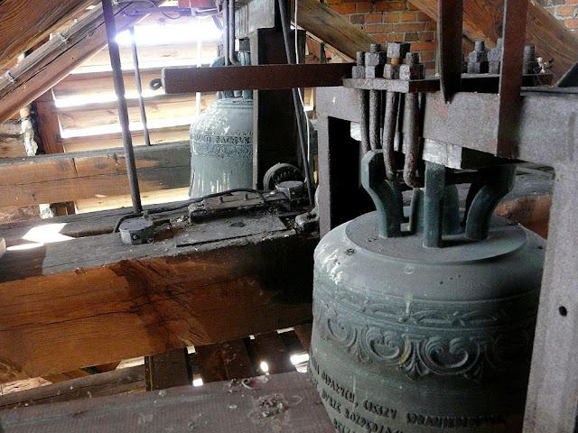 Końskie, kolegiata p.w. św. Mikołaja. W głębi prawdziwy król koneckich dzwonów - dzwon z 1549 roku. Trudno jest go sfotografować, a i trudno było okupantom zrabować - pozostał! Fot. Paweł Kałwiński.