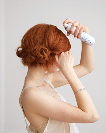 рошав кок на една страна - фиксиране с лак за коса