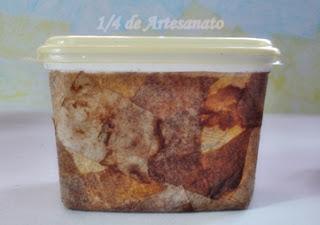Pote de margarina reciclado com filtro de café usado