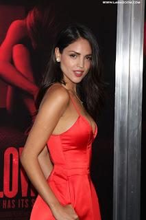الممثلة المكسيكية الجميلة ايزا جونزاليس في لوس انجلوس بثوب أحمر لذيذ