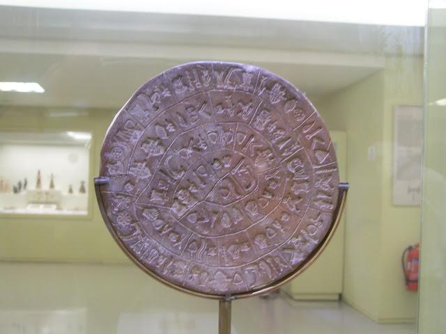 Heraklion Müzesi'nde üzerindeki işaretleri hala çözümlenememiş meşhur Phaistos Diski