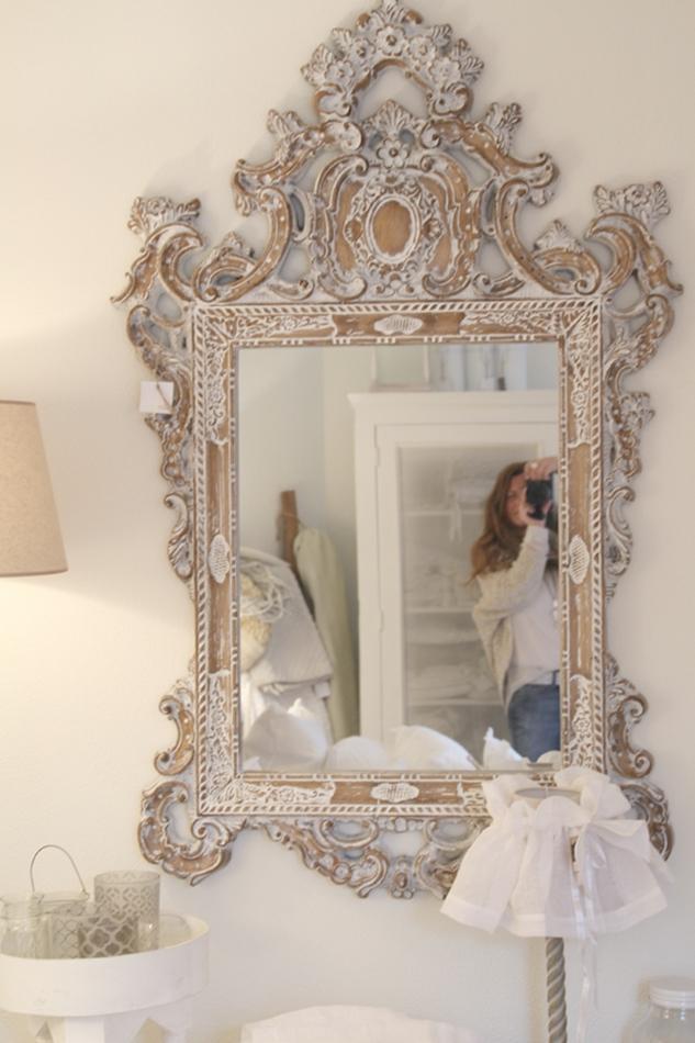 opulenter weißer Ornament-Spiegel mit Selfie im Spiegel