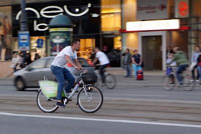 rowerzysta na veturilo na ul. marszałkowskiej w warszawie