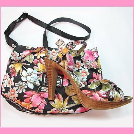 чанта и сандали в черно на розови цветя
