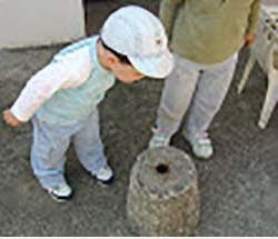 Para un niño, un simple agujerito es un milagro