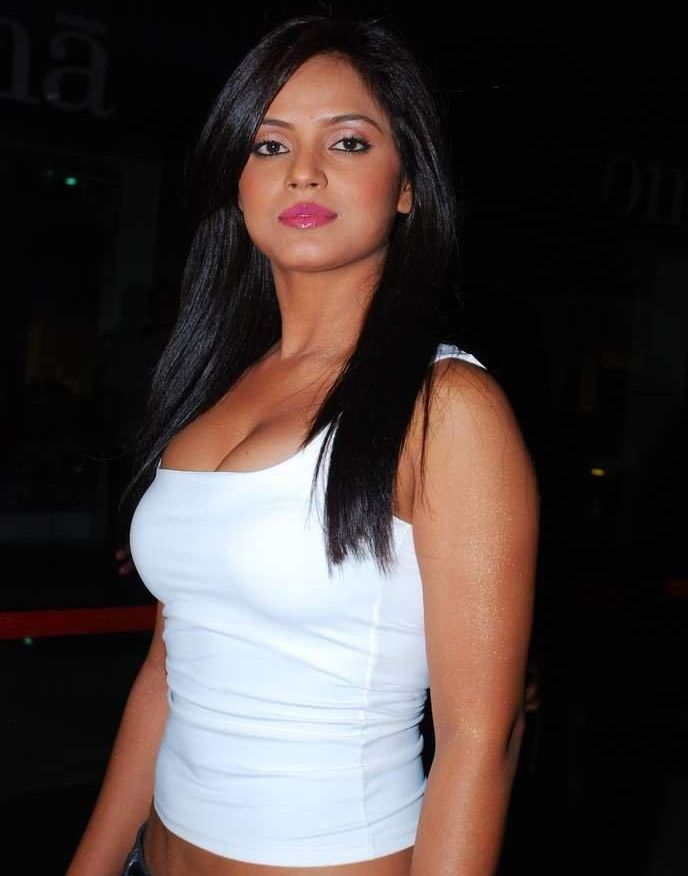 Neetu Chandra Hottest And Sexiest Pictures, neetu Chandra Sexy Cleavage Show Photos