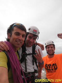 Fernando Calvo Guia de montaña en la cumbre del Picu con dos clientes