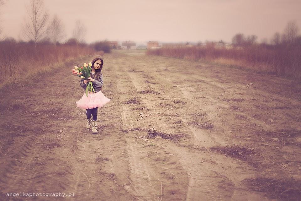 tulipany, pole, wiosna, sesja wiosenna warszawa, sesja dla dziecka w plenerze warszawa, angelka, angelika kroszko, sesja w polu warszawa, wiatr we włosach, kwiaty, sesja plenerowa dla dziecka warszawa,