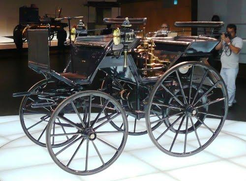 Também em 1886, Daimler fez sua carruagem motorizada